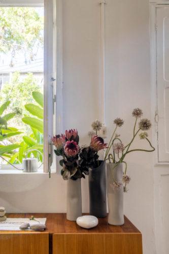 Arranjos de flores Proteas em vasos de cerâmicas.