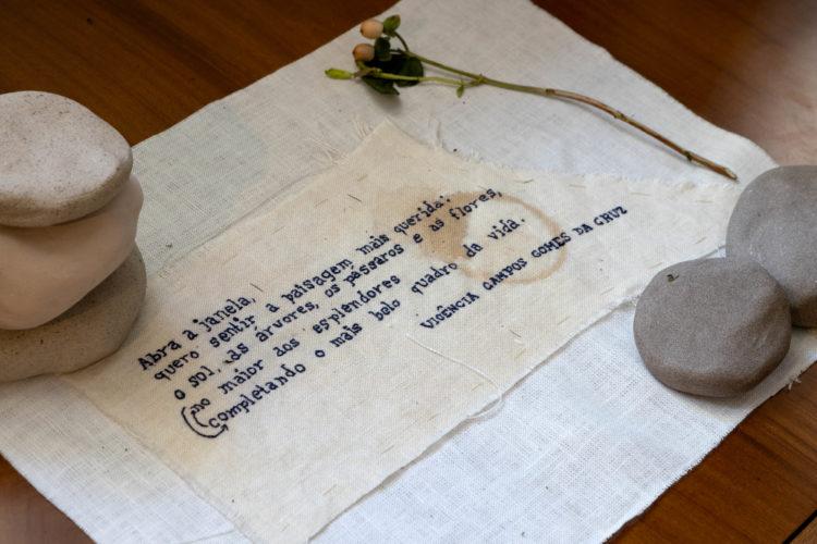 Poesia impressa no tecido em linho