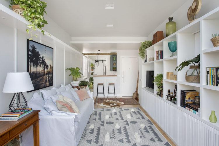 Uma charmosa cobertura no Leme (RJ) com 55m2, cozinha quase aberta para a sala, apenas um balcão separa.