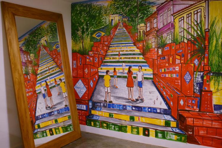 No hotel, Na parede uma pintura do artista Selaron, retratando as escadaria na Lapa