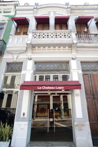 Lapa de várias tribos. Fachada do hotel Le Chateau Lapa, casario antigo bem típico do bairro da Lapa foi reformado para virar um hotel, tem um toldo vermelho na entrada principal.,