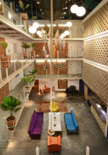 Patio interno do Hotel Chateau Lapa. Grande vão entre o prédio, pelo lado de dentro, de três andares. As postas dos quartos no corredor voltada para o vão