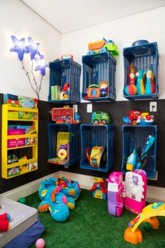 Cestos de plásticos na parede para organização de brinquedos