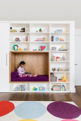 Limpeza com as crianças. Um nicho para a criança poder ler, com futon e almofada,