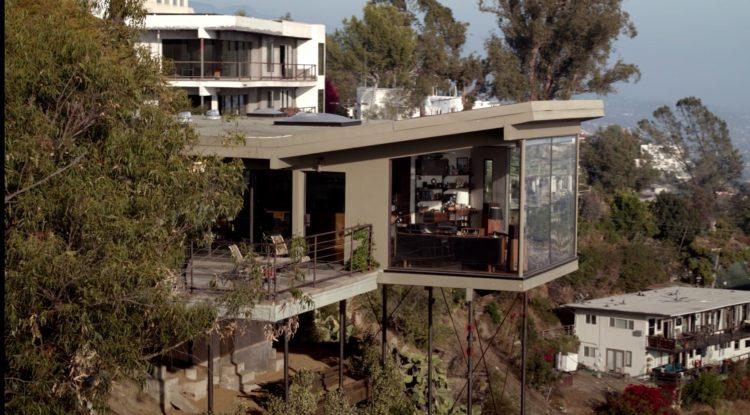 A casa do detetive do seriado da Casa Bosch. Casa bem no alto com uma parte em balanço, como se fosse uma varanda envidraçada.