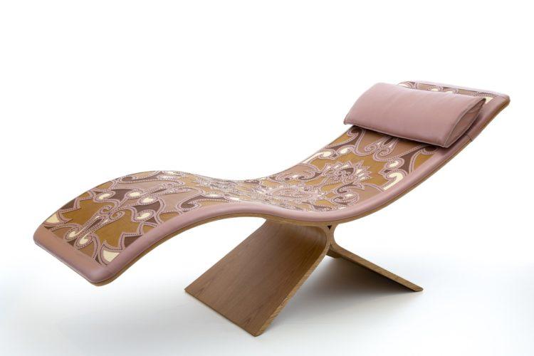 A chaise Paso Doble, collab dos Fahrer + Espedito Seleiro: design de mobiliário contemporâneo e arte popular brasileira se integram em peça única. Peça em madeira e trabalhada em couro na parte de cima