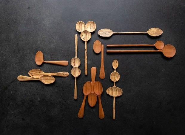 As colheres de Patrizia Keller, todas em madeira e com design diferente, algumas são três colheres grudadas por exemplo