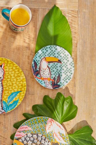 A Farm acaba de lançar sua primeira linha de louças, que chega espalhando alegria com estampas florais, orgânicas, gráficas e de animais da fauna brasileira.São pratos rasos e de sobremesa - Em um deles um Tucano