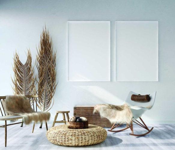 O piso vinilíco é fácil de limpar. sala com o piso bem clarinho imitado patina e uma cadeira branca com uma manta de pele em cima e um puff de rattan no meio