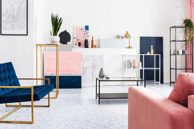 5 benefícios do piso vinílico, ele tem a instalação rápida, Ambiente com piso vinilico claro, com sofá rosa, poltrona azul