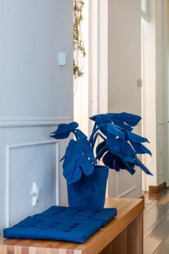 Vasos com plantas feito em tecido de veludo na cor azul