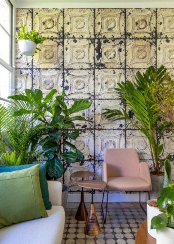 Atelier Botânico - loja carioca reabre com mostra de plantas e a participação de dez paisagistas e floristas, poltrona rosa e plantas