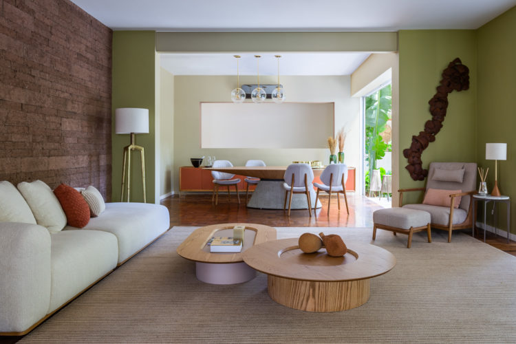 São Paulo ganha mostra permanente de decoração, Casa Mollde + Conteúdo_, casa com todos os cômodos decorados. Sala com as paredes verde pistache, sofá branco