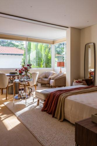 São Paulo ganha mostra permanente de decoração, Casa Mollde + Conteúdo_ Quarto de casal amplo e claro