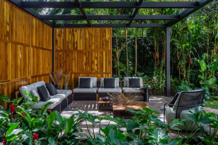 Área externa com painel em bambu
