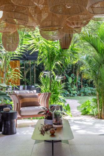 São Paulo ganha mostra permanente de decoração, Casa Mollde + Conteúdo_ varanda decorada com vários cestos de palha no teto