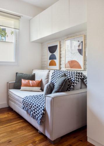 Sofá cama e em cima portas de armários