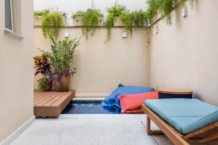 Área externa , com uma micro piscina e um deck de madeira deslizante em cima