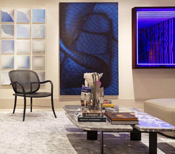 Artefacto Haddock Lobo apresenta Mostra 2021. Parede com um grande tela na cor azul, com desenho abstrato