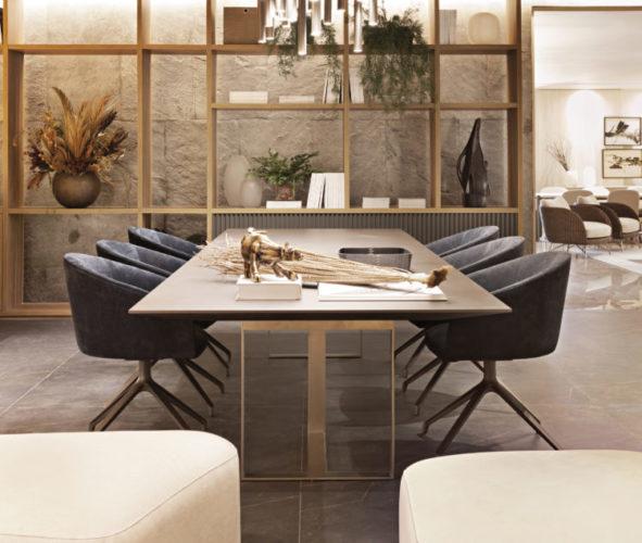 Artefacto Haddock Lobo apresenta Mostra 2021, mesa de jantar com 6 poltronas em couro pretas