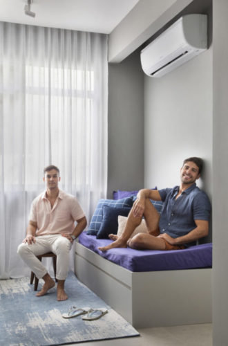 No banquinho o arquiteto Rodolfo Consoli, e no sofá cama o morador Oberdan de Castro.