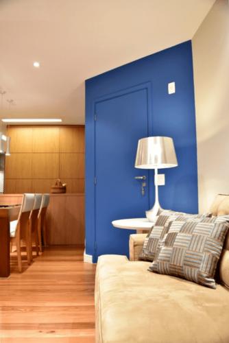 Projeto: Marina Carvalho Arquitetura. Portas coloridas – protagonistas da decoração. parede e porta de entrada pintada na cor azul, efeito de camufla a porta