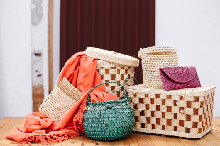 Variados cestos e bolsas de palha