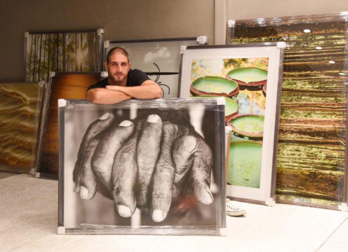 Exposição individual do fotógrafo Ari Kaye, foto do próprio apoiado em uma foto