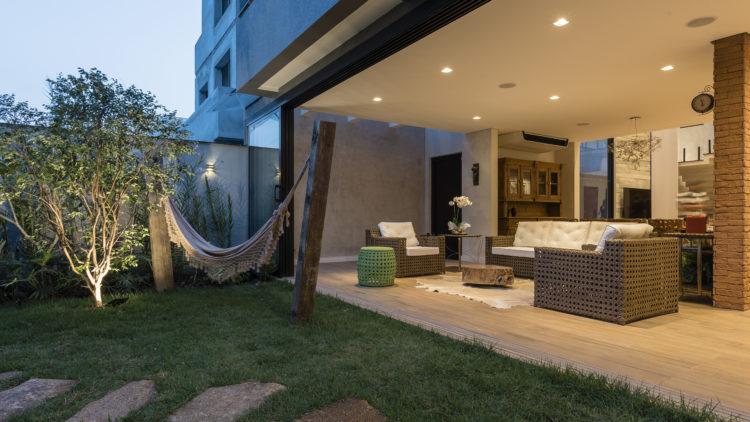 Pequeno pátio interno com piso em grama, e totalmente com a sala integrado