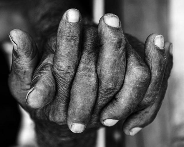 Exposição individual do fotógrafo Ari Kaye, foto de de mãos se entrelaçando , na cor PB