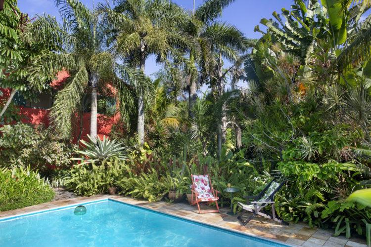 Casa na região dos lagos, com extenso jardim e piscina.