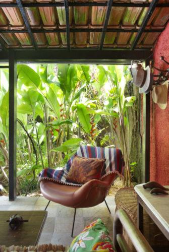 Varanda aberta para o jardim, com teto de telhas