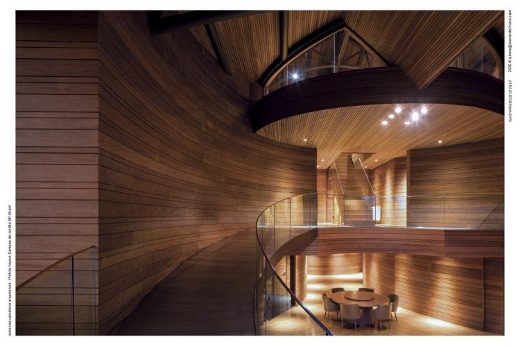 Casa com arquitetura contemporânea, rampas no lugar de escadas, e toda revestida com peroba mica com larguras diferentes