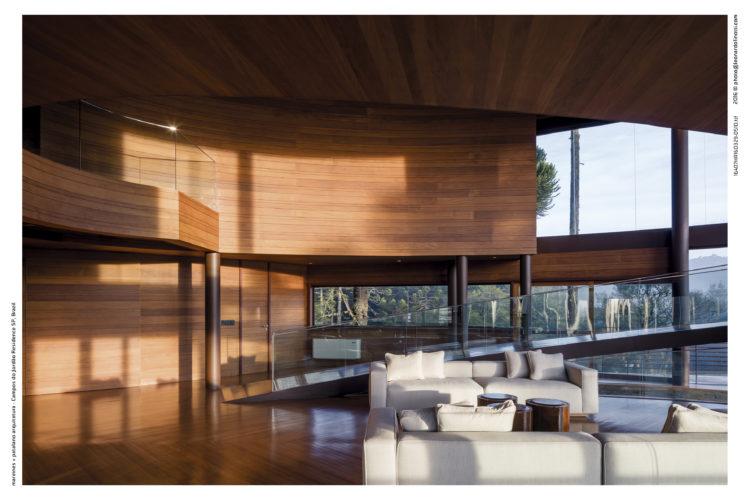 Casa com arquitetura contemporânea, planos diferentes e toda revestida de peroba mica em larguras diferentes