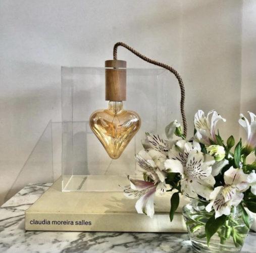 Luminária Coração Apertado, criação do design e arquiteto Ric Melo. Lâmpada de filamento em formato de coração.