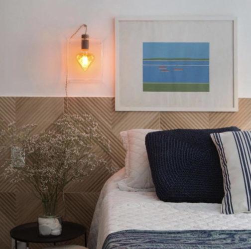 Quarto decorado com a luminária em formato de coração dentro de uma caixa acrílica