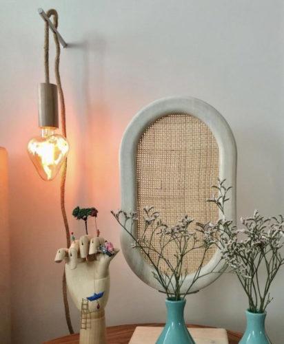Luminária com lâmpada de filamento em formato de coração pendurada