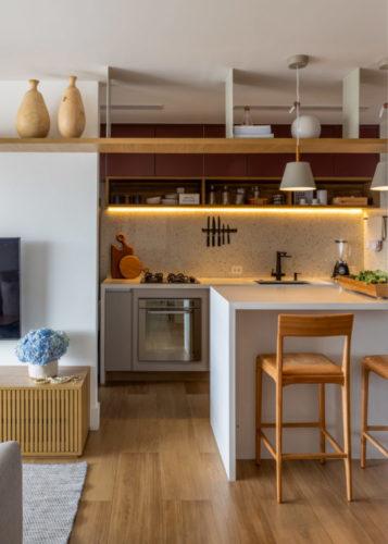 Cozinha integrada a sala, balcão alto separando os ambientes