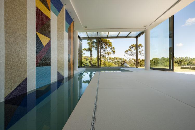 Parede de funda da piscina coberta, com painel de azulejo com desenho de de Noel Marinho.
