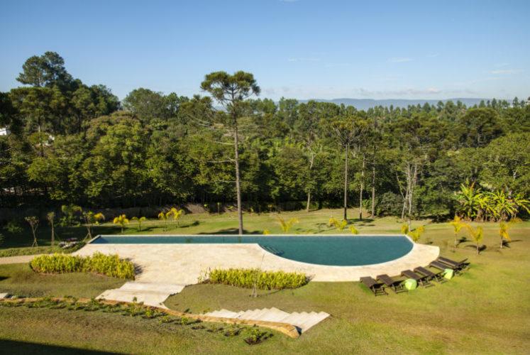 Enorme área verde, com uma piscina. Casa em Jundiaí no interior de SP