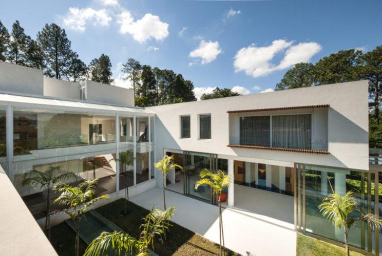 Casa em Judiai, interior de SP. Planta em U, com blocos retangulares virado para um pátio interno.