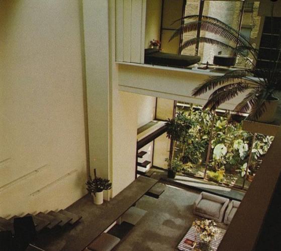 Foto antiga da casa do estilista Halston. Pé direito bem alto ao fundo um jardim