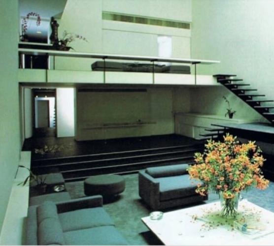 Foto antiga do interior da casa do estilista Halston,