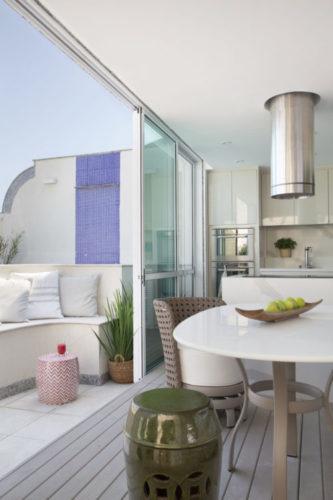 Varanda incorporada a sala que virou um espaço gourmet,