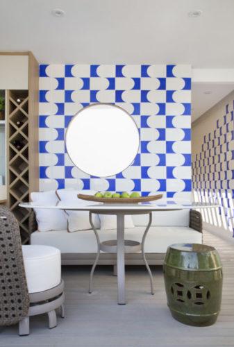 Jardim de inverno virou uma agradável varanda, com painel de azulejos em azul e branco na parede de fundo