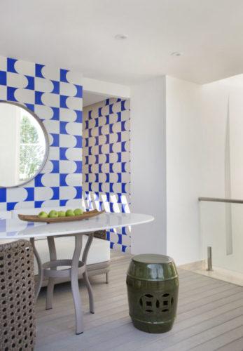 Parte de cima de uma cobertura, transformada em área gourmet, destaque para a parede e azulejos decorados nas cores azul e branco formando um painel.
