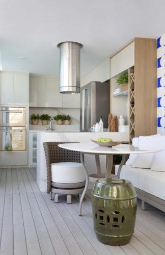 Espaço gourmet da varanda fechada, todo na cor branca e destaque para o painel de azulejos na cor azule branco