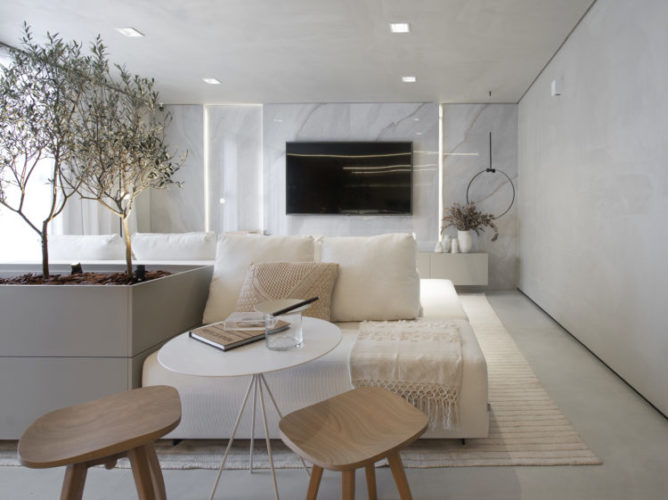 Ambiente de mostra de decoração. todo claro , branco. Mármore, iso e sofá em branco.