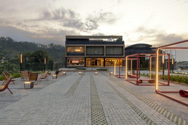 CASACOR Santa Catarina 2021 espeço aberto com o prédio ao fundo