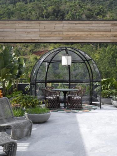 Rooftop CASACOR Santa Catarina 2021, gazebo transparente com mesinha redonda e quatro poltronas em vime
